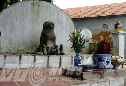Chó đá được thờ và tôn là quan lớn ở làng Địch Vĩ (xã Phương Đình, Đan Phượng, Hà Nội)