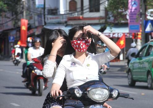 Hai thiếu nữ vô tư dạo phố đầu trần mà không bị CSGT hỏi thăm