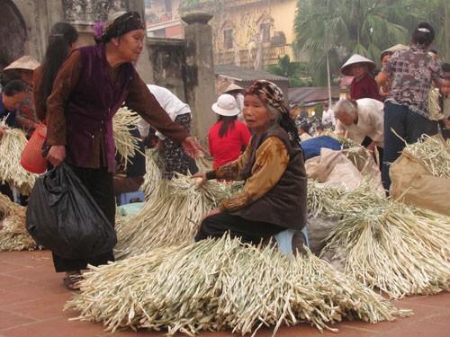 Phiên chợ Chuông nào cũng có hình ảnh của bà cụ Sang bên đốn lá nón. Khách mua hàng của cụ trong 50 năm qua là những người quen trong làng.
