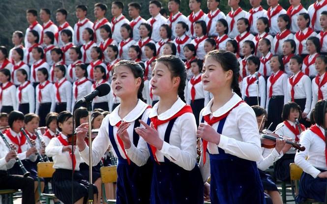 Các em học sinh trường Changdok, Bình Nhưỡng đang tập hát các tiết mục văn nghệ cho ngày đại lễ.