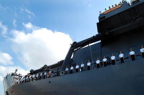 Thủy thủ tàu chào cảng. Nhiều người trong số họ là những học viên hải quân vừa tốt nghiệp