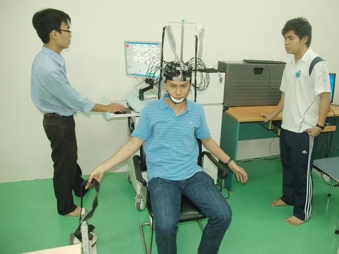 Sinh viên ĐH Quốc tế (ĐH Quốc gia TP HCM) trong giờ thực hành ở phòng thí nghiệm bộ môn Kỹ thuật y sinh. Ảnh: Quang Phương