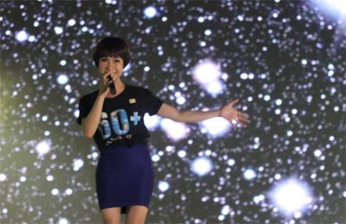 Cũng như Hà Nội, rất nhiều khẩu hiệu được đưa ra tại đêm hội Giờ Trái đất ở TP.HCM.