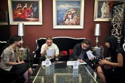 Tháng 11 năm 2012, tại Vũ Hán (Trung Quốc) diễn ra cuộc thi giữa 169 người đẹp để làm vợ tỷ phú