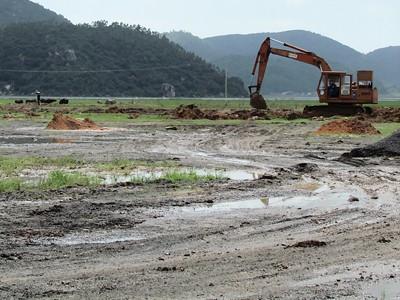 Khu tái định cư số 1 đang được nạo vét đất bùn trên mặt
