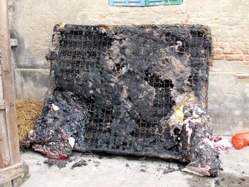 Tấm nệm nơi ba mẹ con chị Luyến nằm ngủ bị cháy thành tro