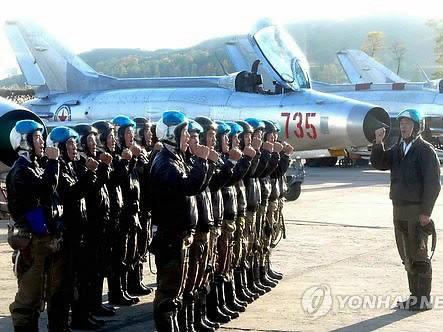 Những phi công quân sự Bắc Triều Tiên sau khi nhận lệnh lập tức cơ động ra máy bay đã được lắp kín tên lửa