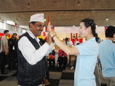 Thiếu nữ Triều Tiên nhảy múa với bạn bè quốc tế