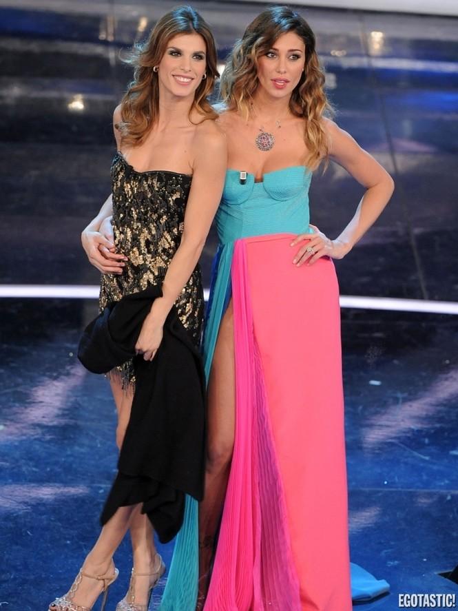 Trong khi Elisabetta Canalis chọn chiếc váy ngắn khá trẻ trung thì Belen Rodriguez lại chọn một chiếc váy màu mè điệu đà