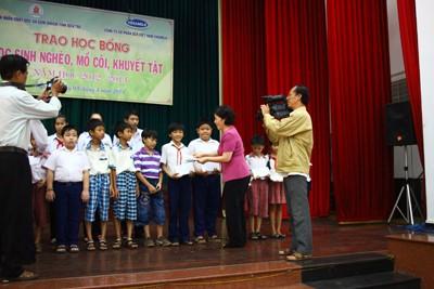 Vinamilk trao học bổng cho học sinh nghèo, mồ côi, khuyệt tật tại Bến Tre - ảnh 2