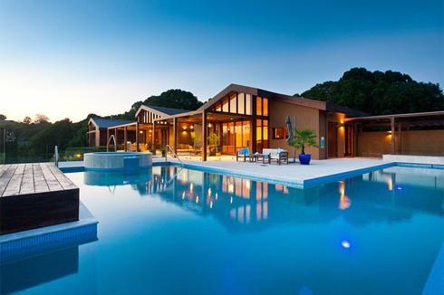 Ngôi nhà mang phong cách hiện đại nằm trên sườn đồi rộng 141.640 m2, bên cạnh một nhánh sông tại Bangalow, Australia