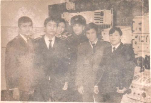 Thuyền trưởng K1 anh Phạm Tân và Thuyền phó HH anh Đinh Hải Huy đến thăm lớp học ngành 3 rada tại phòng thiết bị rada - sonar