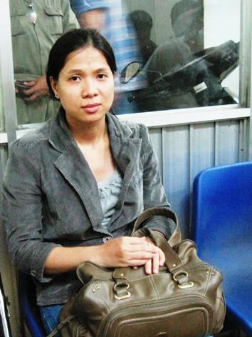 Người bị hại Nguyễn Thị Tú Truyền và chiếc túi xách bị băng cướp nhí giật