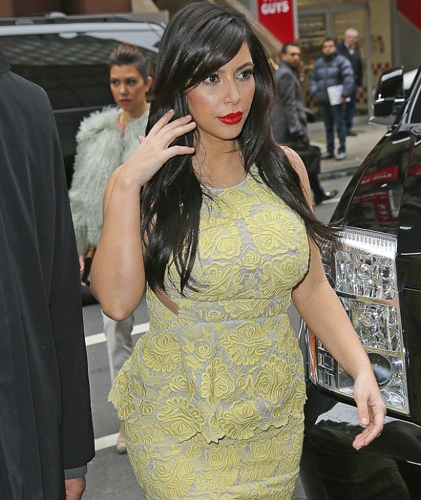 Kim với chiếc váy ren bó sát gợi cảm