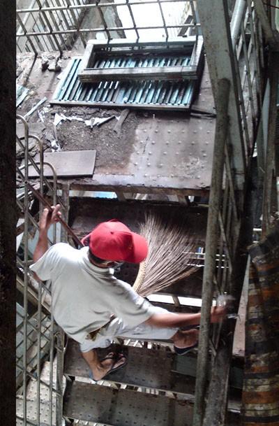 Một người đàn ông đang quét dọn cầu thang