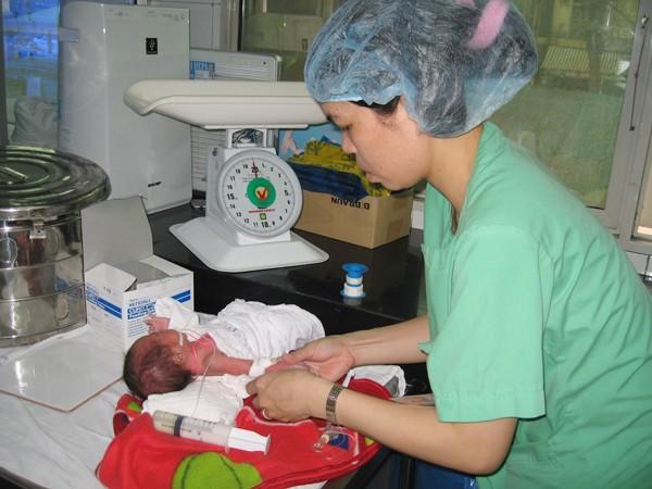 Trẻ nhẹ cân bị bệnh về máu có thể được điều trị bằng cách ghép máu cuống rốn. Ảnh: T.Hà