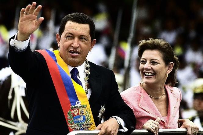 Tổng thống Hugo Chavez cùng phu nhân diễu hành nhân ngày Độc lập tại thủ đô Caraca năm 2001