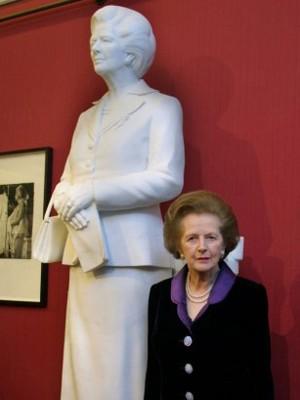 Bà đầm thép bên bức tượng của mình