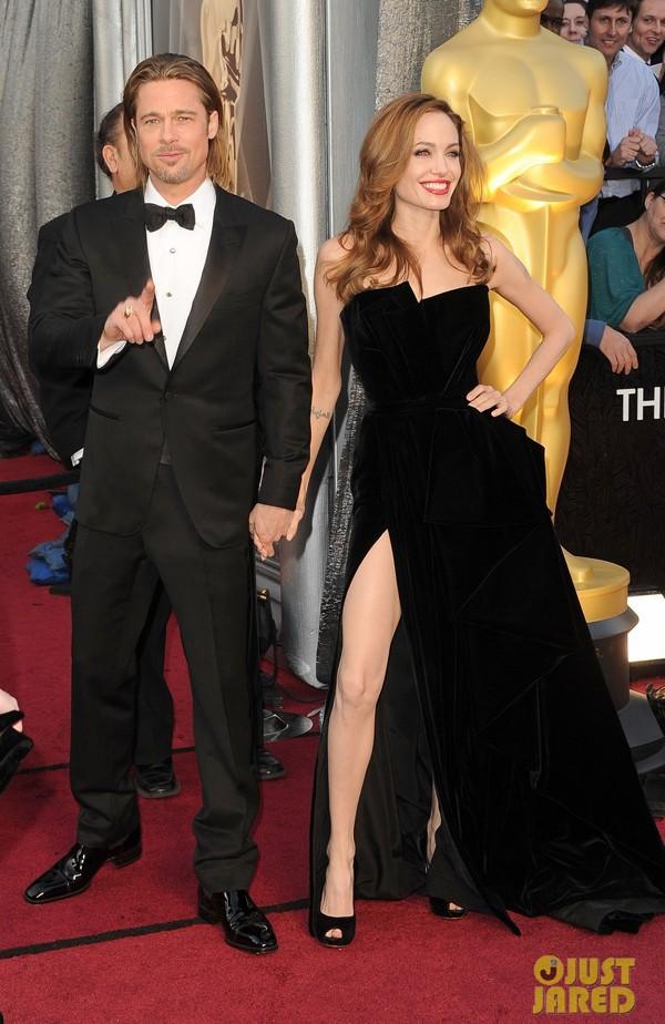 Jolie khoe chân triệt để trên thảm đỏ Oscar