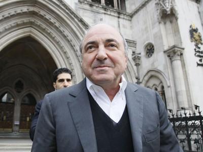 Ngày 10/3/2010, Boris Berezovsky rời tòa án Anh sau khi thắng kiện tội phỉ báng một cơ quan báo chí Nga buộc tội ông này đạo diễn vụ mưu sát một cựu điệp viên Nga ở London. Ảnh: AP