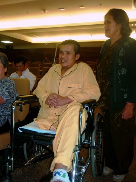 Hải và mẹ nói lời cám ơn các bác sĩ, quý nhà hảo tâm và báo chí trước khi xuất viện về nhà ở Lâm Đồng ngày 9-4. Ảnh: L.N