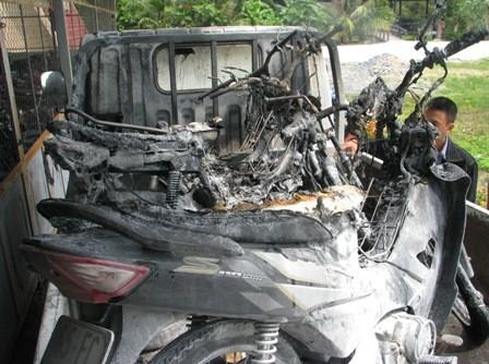 3 xe máy bị cháy vẫn còn trên xe chuyên dụng