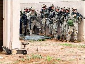 Lính Mỹ tuần tra cùng robot tại chiến trường Afghanistan. Ảnh: Aolnews