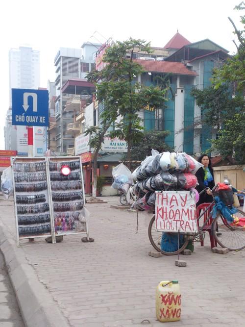 Trên nhiều tuyến phố vẫn xuất hiện tình trạng ngang nhiên bán mũ giả