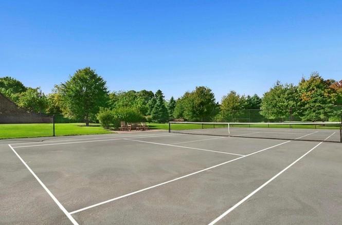 Siêu biệt thự cũng có sân tenis rộng thênh thang