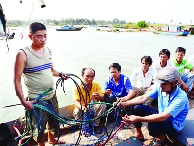 Ngư dân trên tàu ông Trung trình bày việc bị phía Trung Quốc phá tài sản và cướp cá.             Ảnh: Thanh Trung