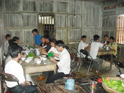 Bữa cơm của TNXP Ảnh: P.S