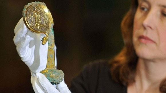 Cây gậy phép bí ẩn 500 năm tuổi ra mắt - ảnh 1