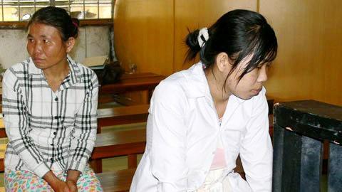 Đinh Thị Lan cùng mẹ trong giờ nghị án