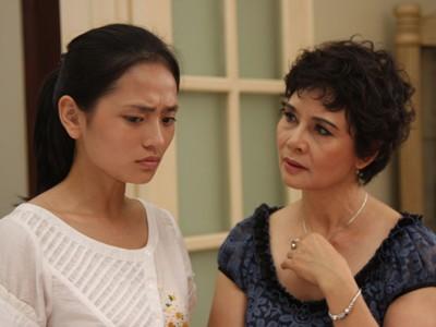 NSƯT Minh Châu vai Kiều và Trấn Thúy An vai Thắm trong Lạc lối.             Ảnh: Nguyễn Hữu Tuấn