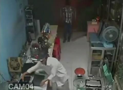 Hai tên trộm tham lam lăn xả vào vơ vét laptop