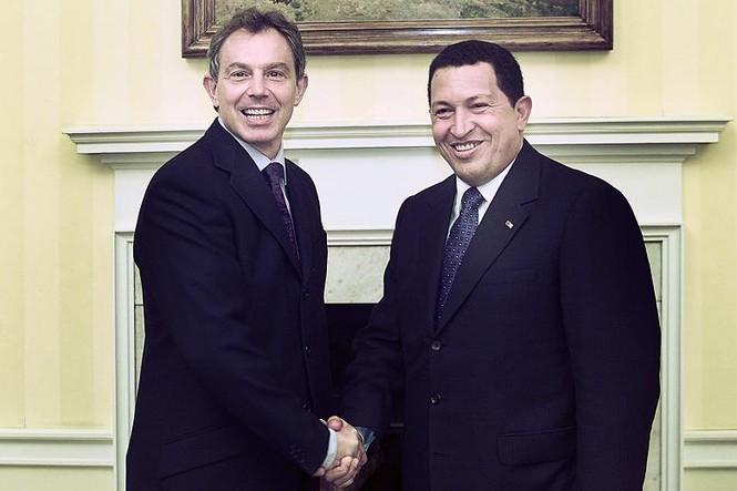Cựu thủ tướng Anh Tony Blải chào đón tổng thống Hugo Chavez năm 2001