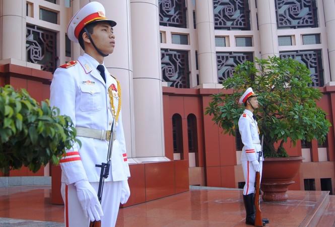 """Chiến sĩ cảnh vệ thuộc Lữ đoàn 144 (hay còn gọi là """"Đoàn cận vệ thép"""") của Bộ Tổng tham mưu gác bên ngoài hội trường, nơi hai Đại tướng tiến hành hội đàm"""