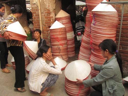 Chưa tới 8 giờ nhưng hoạt động mua bán nón đã gần xong hết. Các lái buôn đang thu mua những chiếc nón cuối của phiên chợ hôm nay.