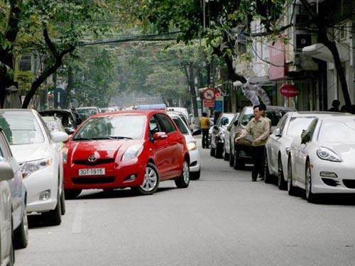 Ngoài nhiều khoản phí, ô tô cá nhân có thể phải chịu thêm khoản phí hạn chế phương tiện ít nhất 10 triệu đồng/tháng