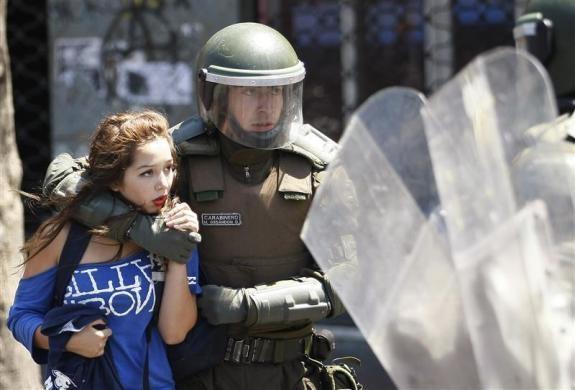 Cảnh sát chống bạo động đang bắt giữ một sinh viên tại Valparaiso, bắc Santiago, Chile. Các cuộc biểu tình yêu cầu chính phủ cải cách giáo dục vẫn đang diễn ra gay gắt ở nhiều thành phố của Chile. Ảnh: Reuters