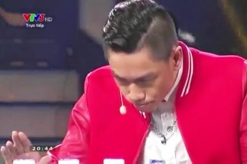 Trong đêm bán kết Vietnams Got Talent tối 11/1, thí sinh Trần Tấn Phát gặp sự cố trong màn ảo thuật đoán bốn cốc nước thường lẫn giữa một cốc axit có màu sắc giống hệt. Theo các bác sĩ BV Chợ Rẫy, anh bị tổn thương vùng họng miệng độ 2 (tức ở mức bỏng không quá nặng).