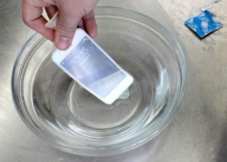 Trong một số tình huống như đi mưa chẳng hạn, để tránh điện thoại dính nước, bạn có thể cho nó vào chiếc bao cao su. Với cách này, điện thoại sẽ được bảo vệ ngay cả khi bị ngập dưới nước.