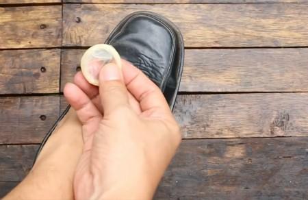 Chất mủ cao su trong áo mưa có khả năng làm bóng giày một cách đáng ngạc nhiên. Chỉ cần bóc vỏ bao và chà nó lên giày.