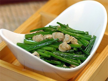 Giá thành rẻ, hương vị thơm ngon, hàm lượng dinh dưỡng cao, dễ chế biến là những yếu tố khiến rau hẹ trở thành loại thực phẩm yêu thích của nhiều chị em nội trợ. (Ảnh: nguồn Internet).