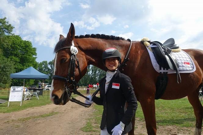 Bại liệt nửa người, nữ sinh viên vẫn đoạt giải cao ở cuộc thi đua ngựa - ảnh 1