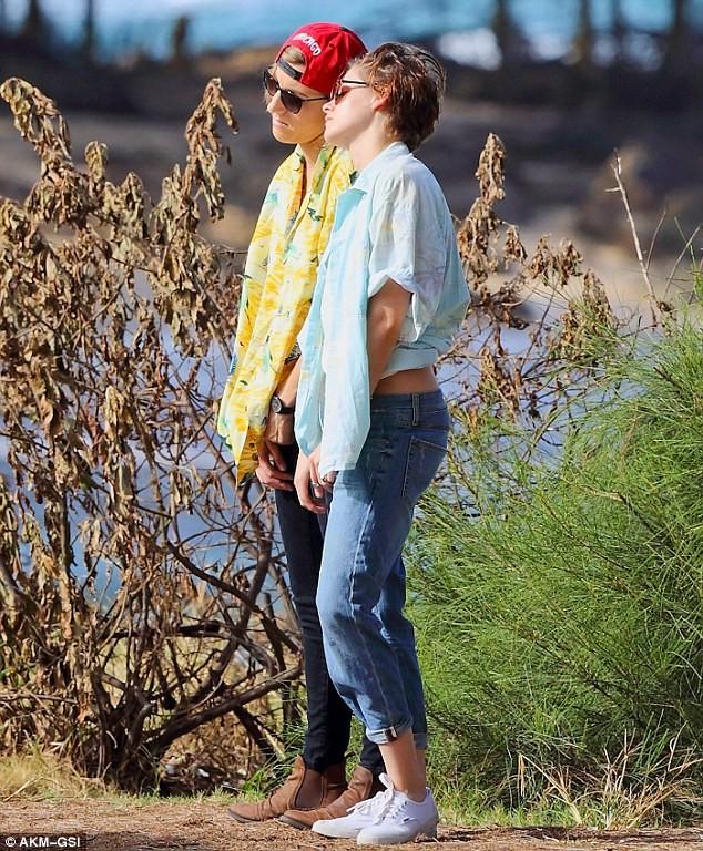 Lộ ảnh Kristen Stewart thân mật nữ trợ lý trên bãi biển - ảnh 8