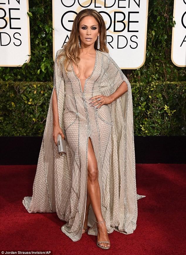 Jennifer Lopez mặc váy xẻ, khoe ngực táo bạo - ảnh 1
