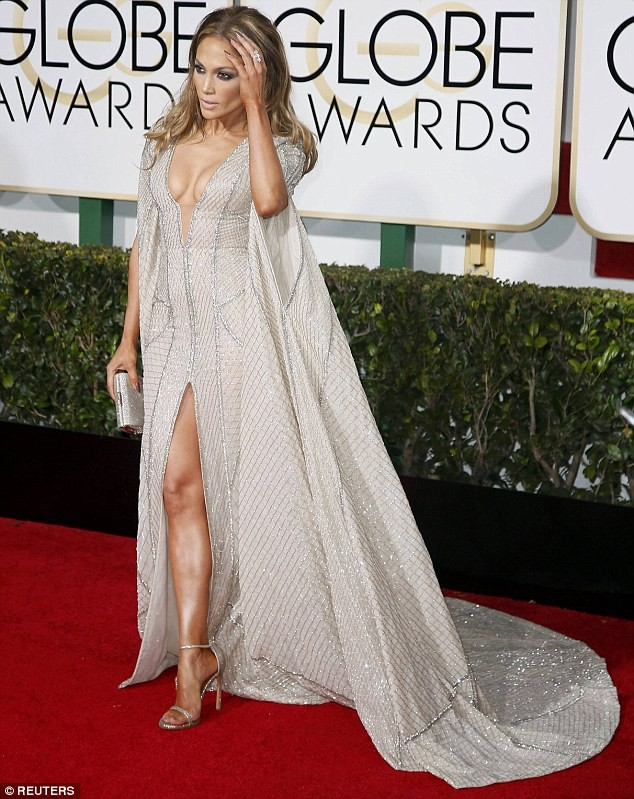 Jennifer Lopez mặc váy xẻ, khoe ngực táo bạo - ảnh 2