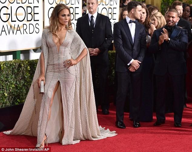 Jennifer Lopez mặc váy xẻ, khoe ngực táo bạo - ảnh 3