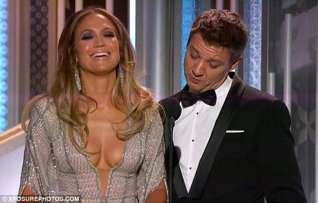 Jennifer Lopez mặc váy xẻ, khoe ngực táo bạo - ảnh 6